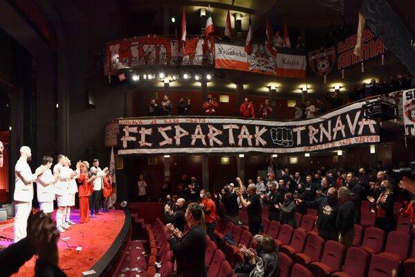 Vľavo herci a vpravo fanúšikovia Spartaka Trnava počas predpremiéry predstavenia Futbal alebo Bílý andel v pekle v Divadle Jána Palárika v Trnave.