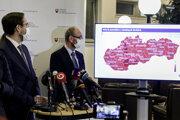 Minister zdravotníctva Marek Krajčí a prezident Slovenskej spoločnosti infektológov Pavol Jarčuška počas tlačovej konferencie po skončení zasadnutia Pandemickej komisie.