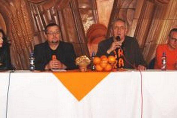 Záber z tlačovej konferencie v DAB.
