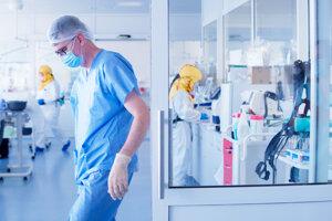 Primár oddelenia anestéziológie a intenzívnej medicíny Ján Michlík na extrémne vyťaženom pracovisku.