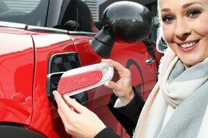 Ukážka personalizovanej ozdoby s bočnou smerovkou pre Mini, ktorý si môže majiteľ upraviť podľa svojich predstáv.