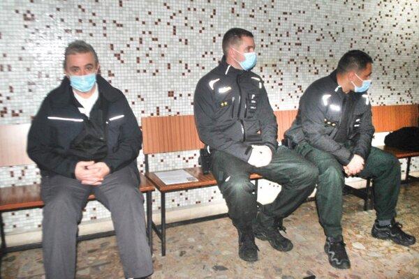 Emanuel N. s policajnou eskortou na košickom súde.