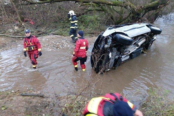 Auto, v ktorom sa viezli tri ženy aj psíky z revúckeho útulku, ktoré prišli zachrániť.