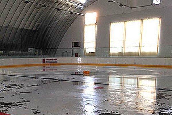V hokejovej hale na Klokočine sa ľad už rozmrazil.