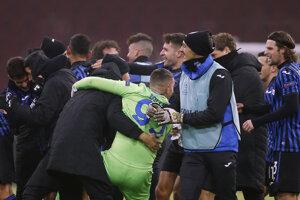 Radosť hráčov Atalanty po postupe v Lige majstrov.