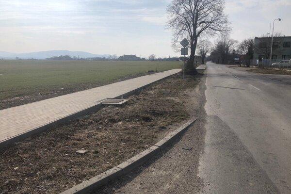 Chodník pri nebezpečnej ceste v Nozdrkovciach čaká na dokončenie.