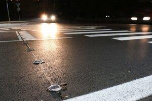 Svetelné gombíky na priechode pre chodcov.