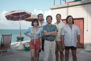 Netflix natočil podľa skutočného príbehu film Rose Island. Giorgiho Roseho si zahral taliansky herec Elio Germano (v strede).