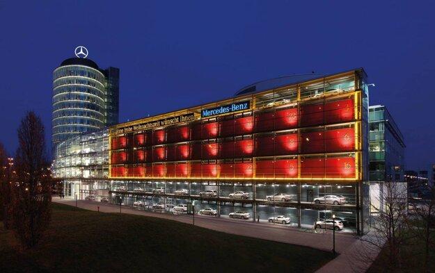Centrum Mercedesu v Mníchove každý rok premení fasádu na obrovský adventný kalendár.