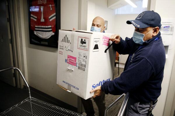 Vakcíny prevážajú v škatuliach so suchým ľadom.