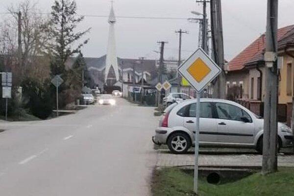 Nové dopravné značenia pribudli aj v Jacovciach.