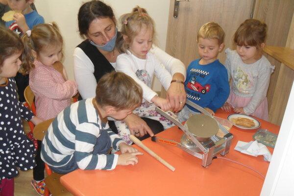 Deti sa učili ručne vyrábať sladké oplátky.