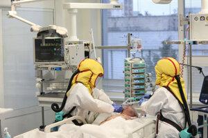 Starostlivosť o COVID pacientov je nesmierne náročná, prácu komplikujú i ochranné pomôcky.
