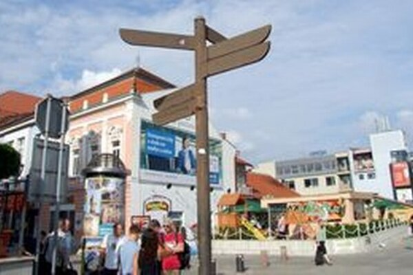 Na tabuliach, ktoré označujú cestu k turistickým lokalitám, už nie je nič vidieť.