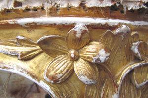 Priebeh reštaurovania: pozlátené drevené dekóry.