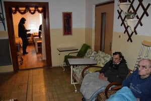 Fotografie z policajnej prehliadky v dome občianskeho združenia Teplo domova.