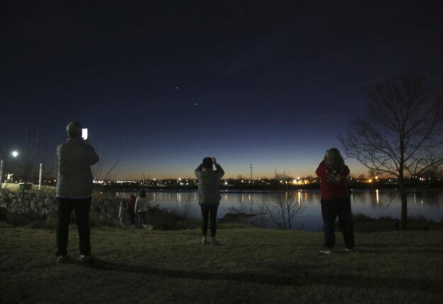 Ľudia sledujú konjunkciu v americkom meste Tulsa.