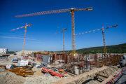 Výstavba nemocnice na Boroch. Fotografia je z roku 2019, nedávno bola dokončená hrubá stavba.
