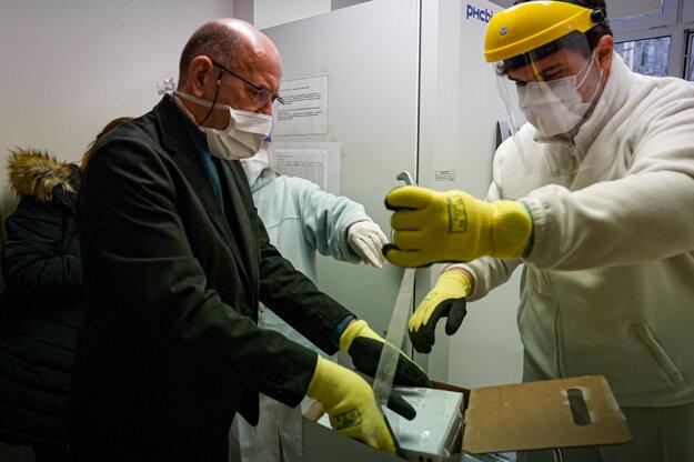 Zábery z prvej dodávky vakcín proti covidu na Slovensko.