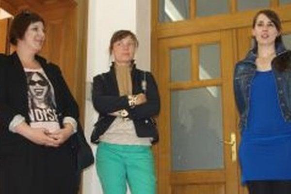Vernisáž výstavy - zľava autorky Olja Triaška Stefanović, Illah van Oijen a kurátorka Barbora Geržová.