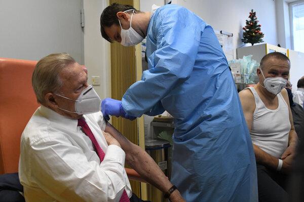 Bývalý prezident SR Rudolf Schuster počas očkovania.