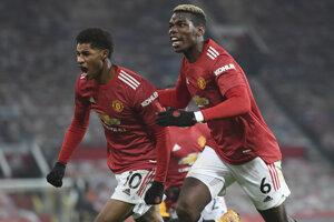 Marcus Rashford (vľavo) a Paul Pagba sa tešia z gólu.
