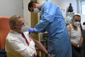 Vakcína proti ochoreniu Covid-19 si u 86-ročného exprezidenta nevyžiadala žiadne zdravotné komplikácie.