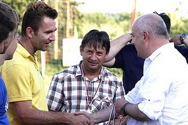 Vľavo tréner úspešného mužstva René Kramár.