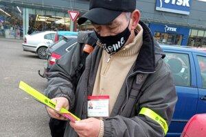 uskutočnili preventívno - osvetovú kampaň, počas ktorej Policajti rozdávali seniorom letáky a nálepky s radami, ako rozpoznať podvodné správanie.