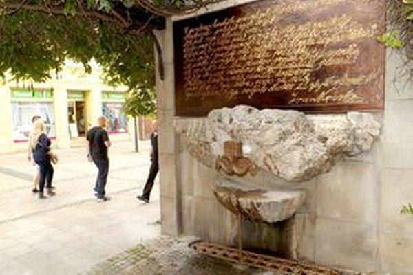 Voda opäť tečie cez hlavy koníkov, pod fontánkou je zberný rošt. Jaroslav Košš vynovil aj písmo na tabuli.