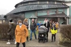 Ľudia vychádzajúci po omši dnes ráno z kostola v Liesku, napriek tomu, že je to zakázané. Viacerí nemali rúška.
