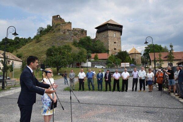 Za jednu z najvýznamnejších úspešne dokončených investícií vlaňajšieho roka primátor Fiľakova Attila Agócs (úplne vľavo) považuje revitalizáciu podhradia i časti hradu.