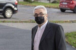 Štefan Ágh, obžalovaný v kauze televíznych zmeniek prichádza na pojednávanie na Špecializovaný trestný súd (ŠTS) 20. novembra 2020 v Pezinku.