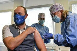 Predseda Trnavského samsprávneho kraja Jozef Viskupič počas očkovania v trnavskej nemocnici.