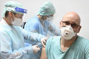 Na snímke primár Oddelenia anesteziológie a intenzívnej medicíny Tomáš Šulík, ktorý bol medzi prvými zaočkovanými.
