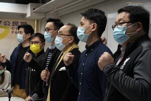 Členovia hongkongnskej opozície proti zatýkaniu protestovali.
