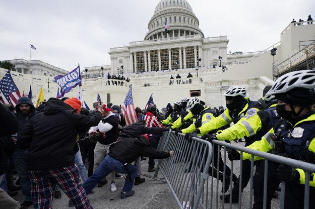 Pred budovou Kongresu došlo k potýčkam demonštrantov s policajtmi a niektorí ľudia strhávali kovové bariéry pod schodmi vedúcimi k hlavnému vstupu.