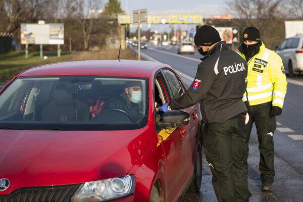 Policajná hliadka kontroluje dodržiavanie zákazu vychádzania na Ulici Svornosti v Bratislave.