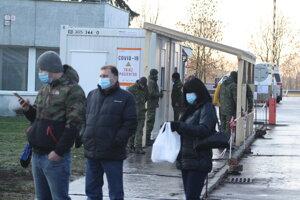 Vchod do nemocnice v Nových Zámkoch strážia aj vojaci.