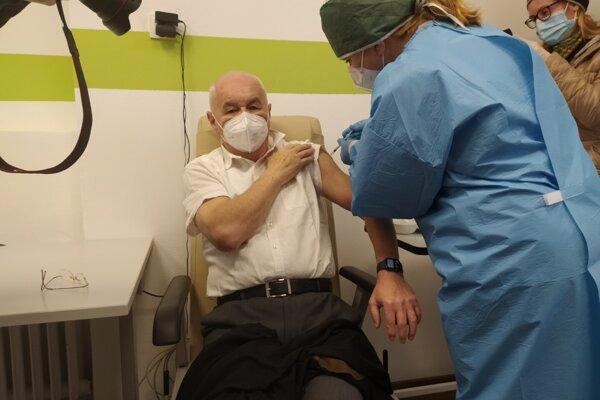 Prvú vakcínu dostal lekár Trenčianskeho samosprávneho kraja Marián Bridík, ktorý svoju dlhú prax začínal práve v bojnickej nemocnici.