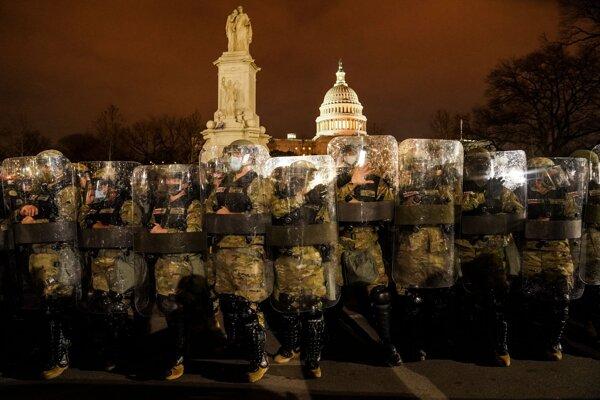 Národná garda pred Kapitolom vo Washingtone.
