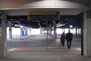 Na konci januára vrcholil spor medzi krajom a SAD Zvolen, počas dvoch víkendových dní prestala premávať v kraji prímestská doprava. Prázdne zostali aj nástupištia autobusovej stanice v Banskej Bystrici