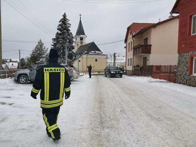 V uliciach sa pohybujú dobrovoľní hasiči i mestskí policajti.