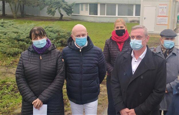 Prísnejšie opatrenia v okrese Nové Zámky oznámil regionálny hygienik Juraj Benko (druhý zľava).