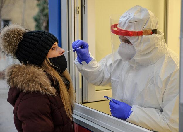 Odber vzorky na mobilnom odbernom mieste v areáli Fakultnej nemocnice Nitra.