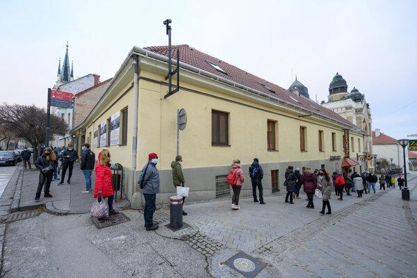 Ľudia čakali na testovanie v synagóge.