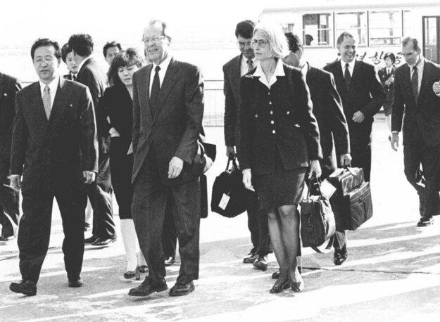William Perry (druhý  zľava) pri príchode na letisko v Pchjongjangu 25. 5. 1999.
