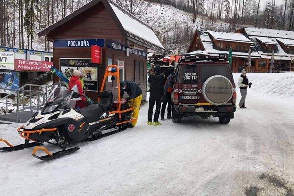 Včera pomáhali horskí záchranári zranenému skialpinistovi.