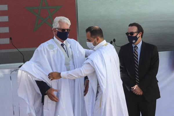 Veľvyslanec USA v Maroku David Fischer v miestnom tradičnom oblečení.