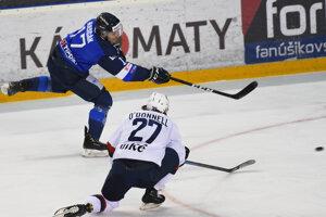 Momentka zo zápasu HK Poprad - HC Slovan Bratislava (Marcel Haščák, Brendan O´Donnell)